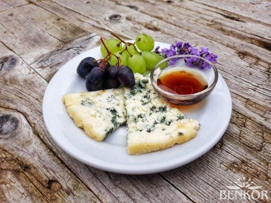 Sýr s modrou plísní a bylinný karamel Dolce